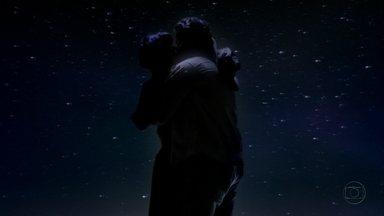 Amor Eterno Amor - capítulo de sexta-feira, dia 16/03/2012, na íntegra - Carlos leva Miriam para ver as estrelas e eles se beijam