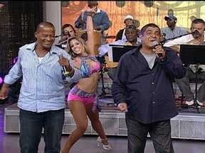 Zeca Pagodinho canta Em um outdoor - Cantor entrou cantando no palco seu sucesso