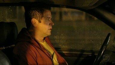 Tufão foge antes da chegada do resgate - Ele se certifica de que Genésio está morto e, visivelmente culpado, entra no carro e vai embora. Tufão se lembra das últimas palavras de Genésio