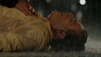 Tufão tenta reanimar Genésio - Desesperado, o jogador ainda tenta massagear o peito de Genésio uma última vez até que desiste. Tufão vê um orelhão e liga para o resgate