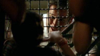 Rita fala com Tufão - Através do alambrado, a menina consegue abordar o jogador