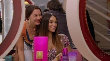 Cap 04/04 - Cena: Olenka ajuda Tessália a se arrumar para o concurso - A moça fica satisfeita com o seu penteado