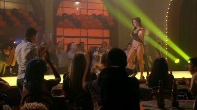 Cap 04/04 - Cena: Começa o concurso 'Garota Chapinha' - Jorginho e Débora acompanham a apresentação das concorrentes