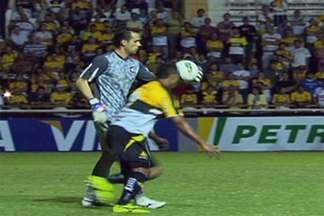 Polêmica: árbitro comete erro de direito e mantém o Criciúma vivo na Copa do Brasil - Juiz valida gol ilegal que deixa o Criciúma ainda com chances de avançar na competição nacional, apesar da derrota diante do Atlético-PR.