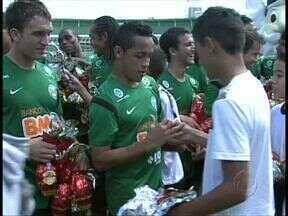 Coritiba entra no clima de Páscoa - Jogadores distribuíram ovos de chocolate para 600 crianças de escolas da Região Metropolitana de Curitiba