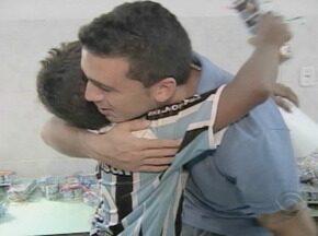 Jogadores da dupla Gre-Nal assumem o papel do Coelhinho em creche de Porto Alegre - Os atletas entregaram presentes de páscoa para os alunos da Tia Beth, no bairro Bom Jesus.