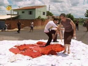 Família Pereira realiza desafio proposto por Huck e ganha a reforma da casa - Casal teve que contar com a ajuda dos vizinhos para formar a bandeira do Japão com roupas