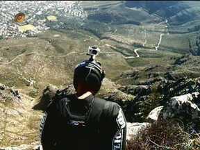 Huck mostra vídeo do acidente de Jeb Corliss na África do Sul - Apresentador recebe Luigi Cani no palco do programa para comentar as imagens