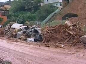 Chuvas torrenciais matam cinco pessoas e deixam 400 desabrigadas em Teresópolis (RJ)(RJ) - Teresópolis recebeu, em cinco horas, o equivalente a um mês de chuva. A enxurrada carregou lama e pedras, arrastou carros e abriu crateras no asfalto. Nos bairros colados às encostas, toneladas de barro rolaram sobre as casas.