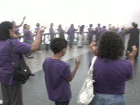 Parentes de adolescentes assassinados rezam um ano após tragédia em Realengo (RJ) - Dois meninos e dez meninas que partiram cedo e de forma brutal no ataque à escola. As mães do massacre de Realengo foram até o Cristo Redentor para rezar. Pétalas de rosas foram jogadas do alto.