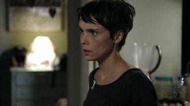 Nina descobre que Carminha já esteve na cadeia - Lucinda descobre que foi seguida por Nilo, se apavora e liga para Nina. Nilo não deixa a chef atender ao telefone e ela se irrita quando ele fala mal de Lucinda. Nina expulsa Nilo de sua casa
