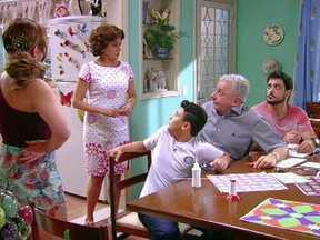 """A Grande Família – Episódio """"A escolha de Nenê"""", na íntegra - Nenê deixou as tarefas domésticas em segundo plano para trabalhar como vendedora e costureira da loja de Kelly."""