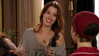Nina é apresentada a Débora - A noiva de Jorginho elogia a cozinheira. Nina fica constrangida com a simpatia dela e Tufão pede que Nina brinde junto com a família