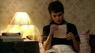 Nina lê as cartas de Batata - Ela se emociona ao ler as mensagens escritas pelo menino contando seu cotidiano no lixão