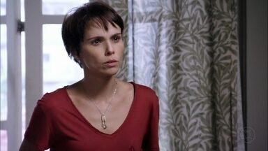 Nina não acredita que Carminha se arrependeu - Ela fica indignada quando Lucinda a compara com a ex-madrasta e acredita que a família de Tufão corre perigo nas mãos da megera
