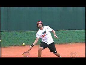 Em meio aos compromissos como diretor de futebol, Fernandão acha tempo para o tênis - Após deixar os gramados, Fernandão encontrou outro esporte para praticar no tempo livre.