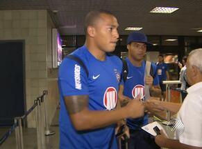 Após derrota, equipe do Bahia desembarca em Salvador - O Tricolor de Aço se prepara para o jogo contra a Portuguesa, fora de casa, pela Copa do Brasil.