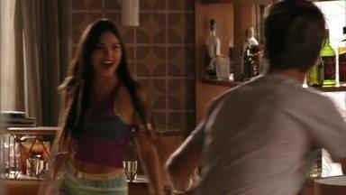 Suelen provoca Roni - Ela revela que está ficando com Leandro e insinua que o filho de Diógenes está interessado no amigo