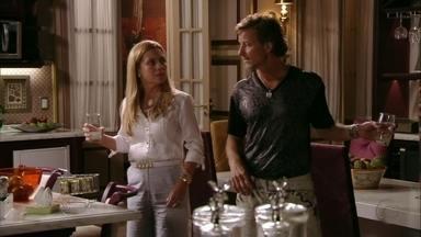 Carminha flagra Max conversando com Nina - O malandro oferece um mojito para a cozinheira e é repreendido por Carminha. Max afirma que se cansou das promessas da amante