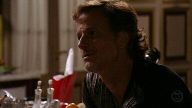 Max se insinua para Nina - Depois que discute com Ivana, o malandro encontra Nina na cozinha e afirma que não é feliz vivendo às custas da família de Tufão