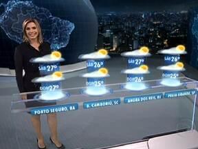 Temperaturas vão subir na maior parte do Brasil - Em Porto Alegre e no Rio de Janeiro, onde o frio bateu recorde essa semana, chega a ficar abafado neste sábado (5) à tarde, com 27°C e 29°C. O tempo fica muito parecido no sábado e no domingo.