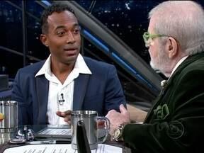 Alexandre Henderson é apresentador do Globo Ciência - Este ano, os temas do programa são propostos pelos telespectadores. Como ele não é especialista nos assuntos, o ator estuda todos temas, que são bem variados.