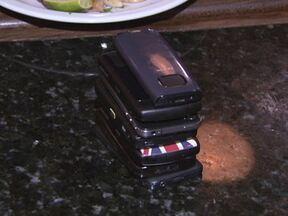 Canal F propõe 'phone stacking' em mesa de bar - A moda consiste em empilhar os celulares que estão na mesa por uma hora. Quem não resistir e pegar o aparelho paga a conta de todo o grupo. Os participantes ficam ansiosos para checar ligações, emails, SMS e as redes sociais em seu aparelhos.