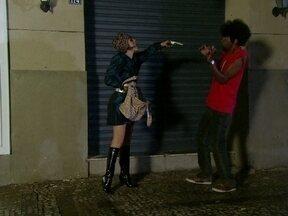 Loira se depara com negro alto em um beco escuro - A mulher surpreende a todos e assalta o cara, levando seus pertences