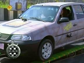 Assista à segunda prova do Ruim de Roda: 'Troca de Óleo' - Participantes tiveram que equilibrar carro em cima de duas placas de ferro