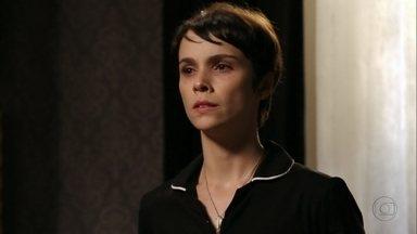 Nina se oferece para ajudar Carminha a se livrar de Rita - Ela diz que vai resolver a situação da ex-enteada da patroa