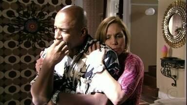 Silas faz chantagem emocional com Monalisa - A cabeleireira se assusta quando o noivo avisa que marcou a data de casamento e ele simula uma pontada no coração