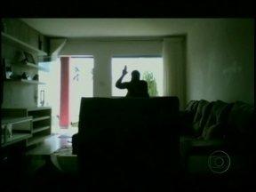Webcam flagra babá agressora na Bahia - Em Feira de Santana, pais desconfiados utilizam o método, mas babá não é presa porque não houve flagrante