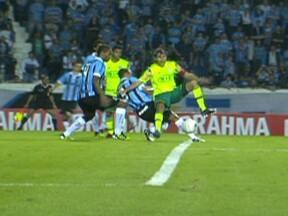 Palmeiras perde para o Grêmio no Olímpico e reclama de pênalti não marcado em Henrique - Verdão jogou mal, mas ficou na bronca com a arbitragem por causa de falta cometida por Gilberto Silva na área sobre Henrique no fim da partida.