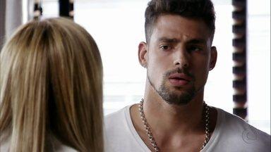 Jorginho percebe que Carminha foi enganada - Ela conta que descobriu o problema de Rita com drogas e garante que se acertou com a enteada