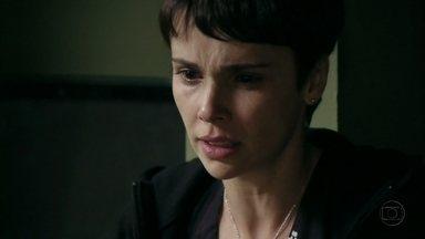 Nina decide esconder verdade de Jorginho - Ela acredita que o jogador precisa ser preparado para descobrir os segredos de seu passado, já que não tem estrutura emocional para isso