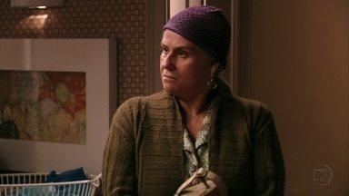 Lucinda procura Carminha - Em frente à mansão de Tufão, Mãe Lucinda espera Nina sair de moto para entrar. Ela conta para Carminha que Jorginho está atrás de seu passado