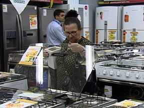 PIB brasileiro tem baixo crescimento no primeiro trimestre do ano - O resultado do PIB, divulgado nesta sexta-feira (1º) pelo IBGE, mostra que economia brasileira ficou praticamente estagnada no começo de 2012. O consumo das famílias que já foi de mais de 6% e hoje é metade disso.
