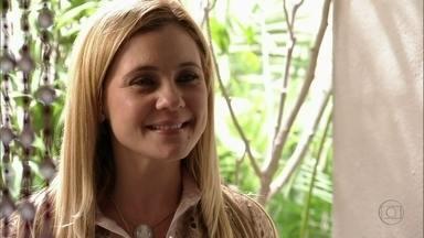 Cap 1/6 - Cena: Carminha procura Neide - Nina fica intrigada ao ver a patroa sair de casa impaciente. Neide fica surpresa ao reconhecer Carminha