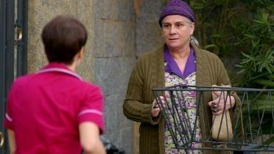 Lucinda procura Nina - Ela vai até a mansão e pede para conversar com a cozinheira