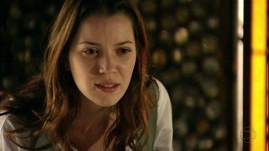 Débora repudia Lucinda - Ela fica chocada quando a catadora conta que Carminha abandonou Jorginho no lixão e que não pode impedir que a megera levasse o filho anos depois. Enquanto isso, Jorginho se embriaga