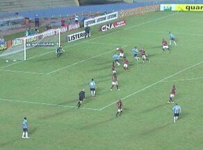 Única finalização na partida, Kleber cabeceia próximo do gol - Grêmio enfrentou o Atlético-GO pela terceira rodada do Brasileirão.