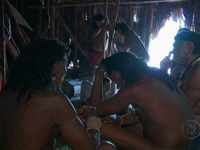 Índios Enawenê-nawê fazem ritual para salvar filha de cacique - Equipe do Globo Repórter chegou num momento delicado na vida do cacique Lolawenakwa-ene. A tribo faz uma pajelança, cerimônia quase que secreta, aonde tentam reabilitar uma jovem de 13 anos, que está desacordada.