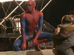 """Figurino deixa novo ator de Homem Aranha """"subindo pelas paredes"""" - Andrew Garfield disse que sempre foi fã de histórias em quadrinhos. Ele disse que tinha apenas 3 anos quando vestiu a primeira fantasia de Homem Aranha. Mas, no filme, a roupa de borracha incomodou um pouco o ator."""