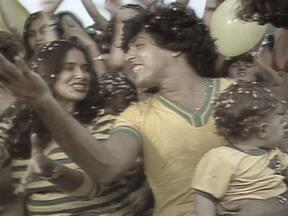 Estrelas da música cantam versão de hino para Copa de 82 - Fafá de Belém, Zizi Possi, Sidnei Magal e outros artistas dão show de ritmo e otimismo com versão do hino oficial da Copa do Mundo de 82.