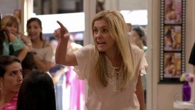 Carminha faz um escândalo no salão - A megera ofende Monalisa na frente dos clientes e começa a destruir o salão. A cabeleireira pega Carminha pelos cabelos e a joga na rua. Tufão tenta ajudar e é manipulado pela esposa. Olenka tenta consolar Monalisa