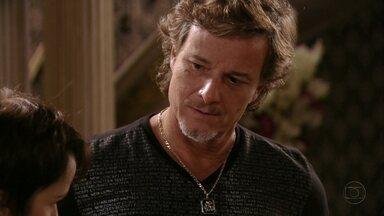 Max percebe desconforto de Nina - Ivana diz que seria ótimo se Jorginho e Débora tivessem um filho e a cozinheira fica nervosa. Leleco diz para Tufão que notou o olhar apaixonado do filho para Nina