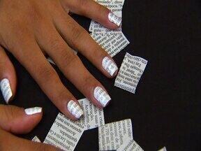 """Decores suas unhas com letrinhas de forma fácil e criativa - A chamada """"Nail Art"""" está fazendo a cabeça das mulheres, e esta técnica não exige grande habilidade para decorar suas unhas, usando jornal você da cara nova a elas"""