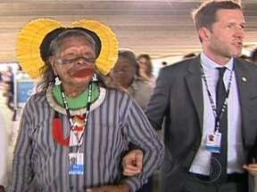 Último dia da Rio+20 é marcado por protestos e a presença de indígenas - Nesta sexta-feira (22), o cacique Raoni conversou com o ministro do Meio Ambiente da Bélgica. Durante uma entrevista coletiva, manifestantes fizeram um protesto e foram retirados do local. A presidente Dilma fez um balanço positivo da Rio+20.