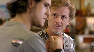 Max propõe que Lúcio roube o cofre de Tufão - A proposta deixa o rapaz pensativo