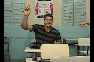 Atacante Hulk visita escola que estudou em Campina Grande - O atleta paraibano recebeu homenagens e encontrou ex-professores.